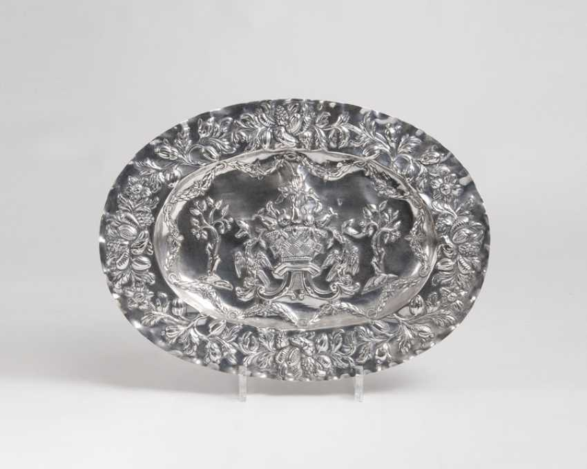 Display plate with fruit, vase and eagle motif - photo 1