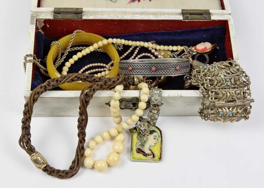 Items fashion jewelry in box - photo 1