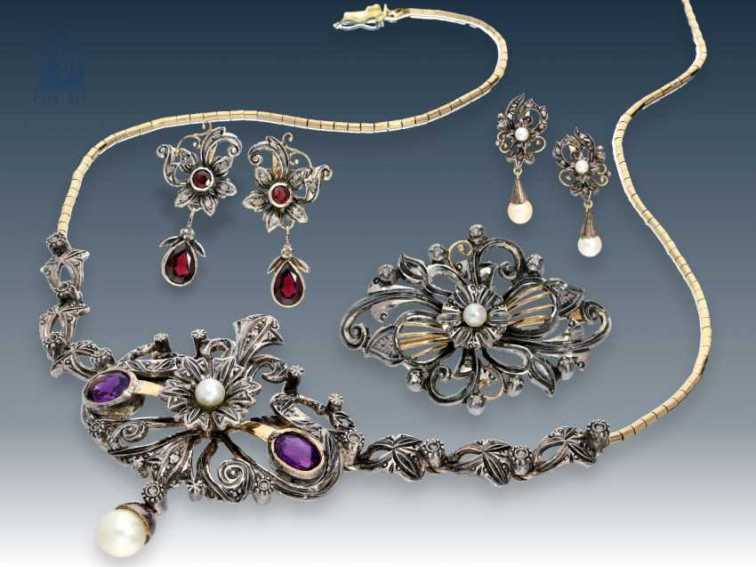 Brooch/earrings/necklace: rare, antique and very attractive jewelry Set with color stones, pearls and numerous rose cut diamonds, presumably Austria/Hungary, around 1900 - photo 1
