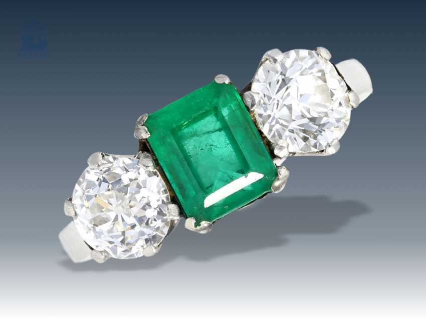 Rings: old gold wrought ring set with a fine emerald and a large diamond, 18K white gold - photo 1