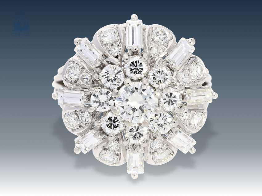 Ring: white gold, highly decorative, and formerly expensive vintage diamond flower ring brilliant/very good quality stone, approx. 2ct - photo 1
