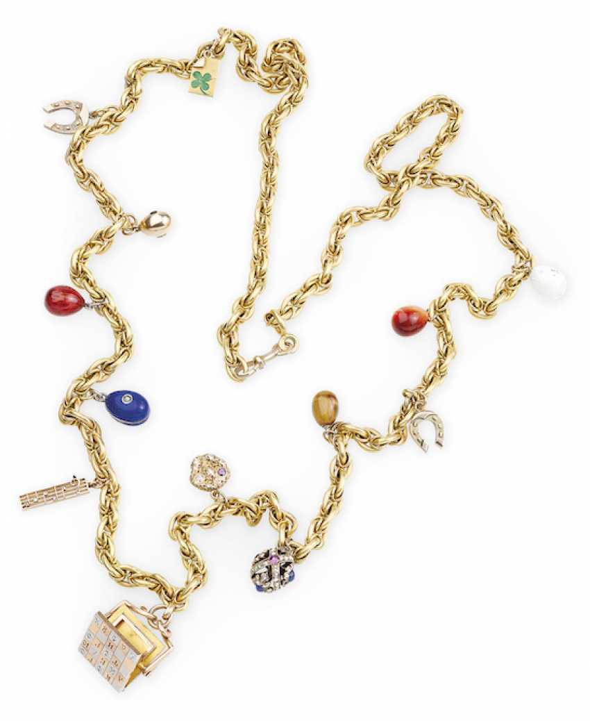 Dreizehn Charms, darunter ein Fabergé-Ei-Anhänger und ein Gedenk ...