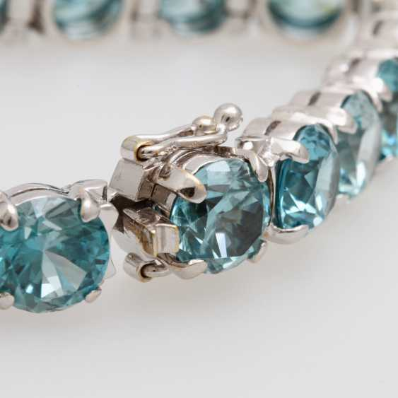 Bracelet studded with rundfac. Zircons