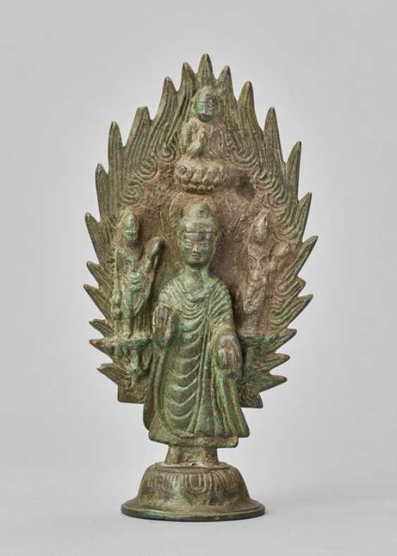 BUDDHA STANDING IN FRONT OF A FLAMING HALO, BRONZE, CHINA, DATED 571 - photo 2