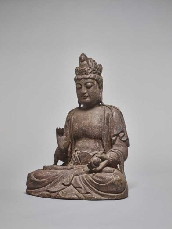 A LACQUERED WOODEN STATUE OF A GUANYIN, MING DYNASTY - photo 1