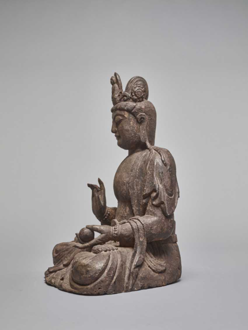 A LACQUERED WOODEN STATUE OF A GUANYIN, MING DYNASTY - photo 3