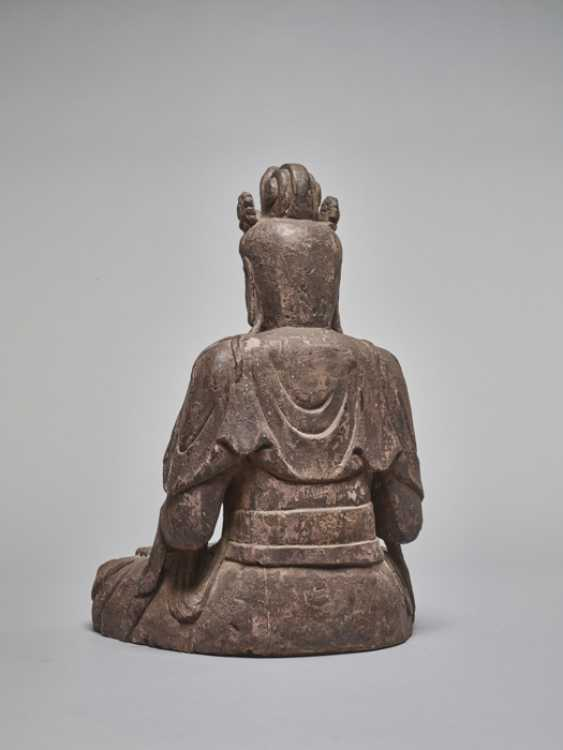 A LACQUERED WOODEN STATUE OF A GUANYIN, MING DYNASTY - photo 4