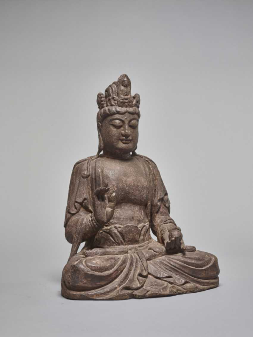 A LACQUERED WOODEN STATUE OF A GUANYIN, MING DYNASTY - photo 5