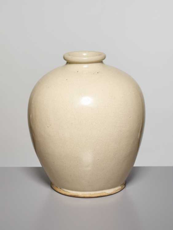 A LARGE OVOID GUAN VASE, SONG DYNASTY - photo 1