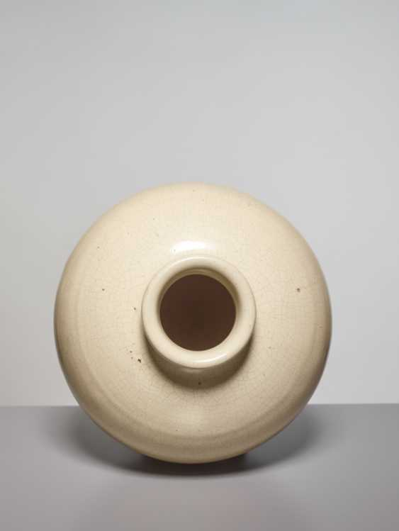 A LARGE OVOID GUAN VASE, SONG DYNASTY - photo 2