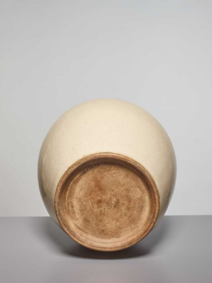 A LARGE OVOID GUAN VASE, SONG DYNASTY - photo 3