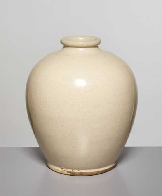A LARGE OVOID GUAN VASE, SONG DYNASTY - photo 4
