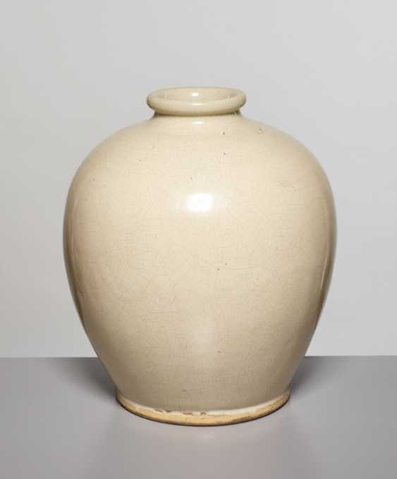 A LARGE OVOID GUAN VASE, SONG DYNASTY - photo 5