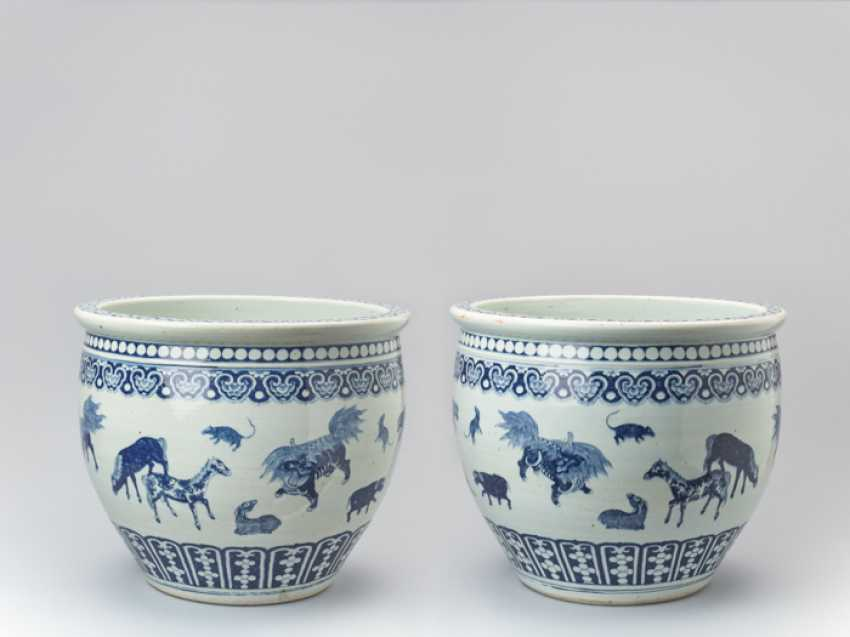 PAIR OF MASSIVE BLUE AND WHITE FISH BASINS WITH 'ZODIAC' ANIMAL PAINTING, QING - photo 1