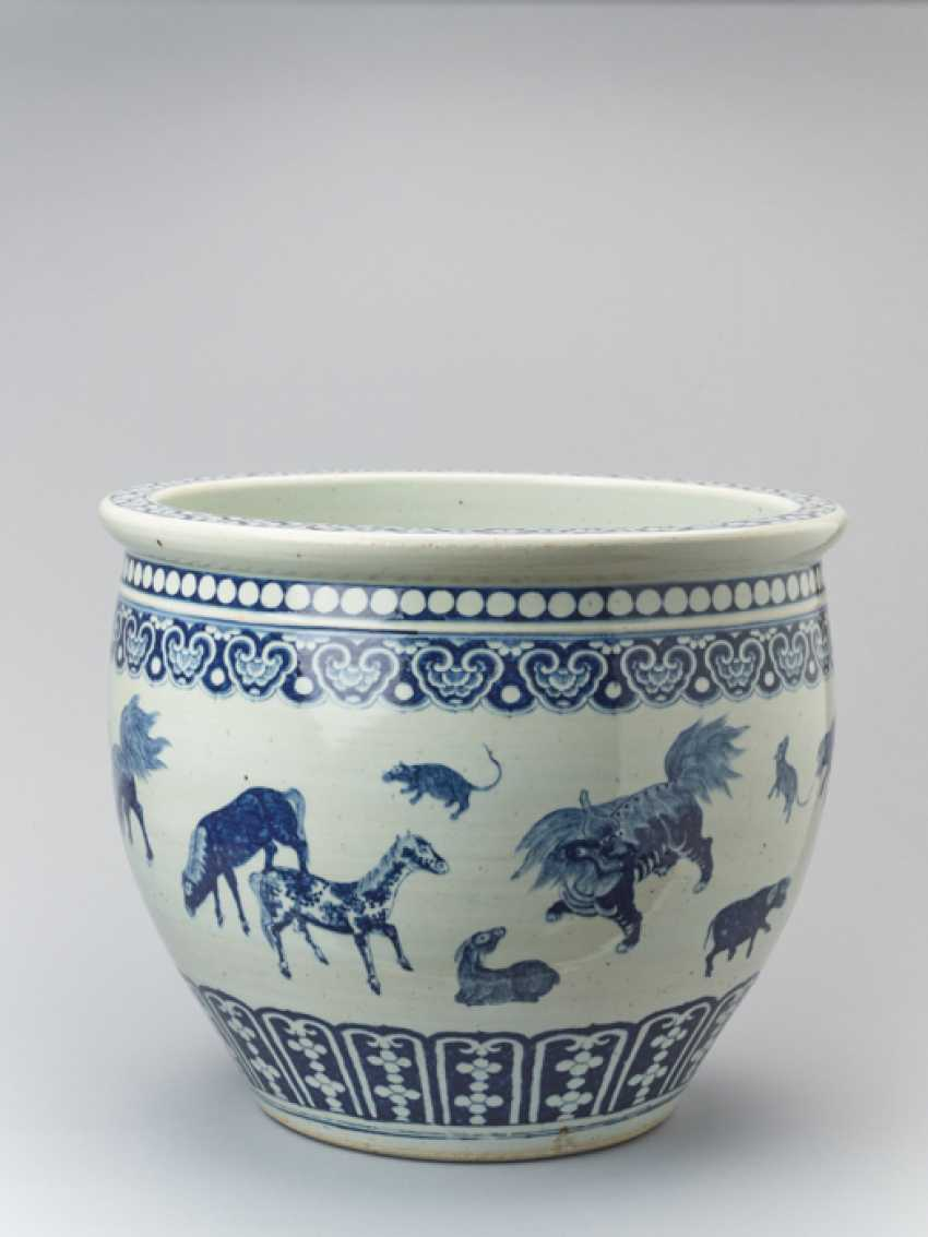 PAIR OF MASSIVE BLUE AND WHITE FISH BASINS WITH 'ZODIAC' ANIMAL PAINTING, QING - photo 2