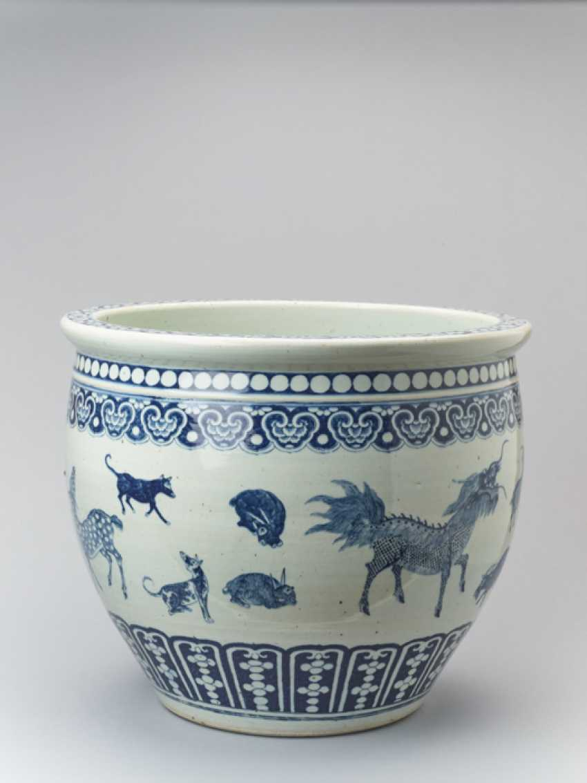 PAIR OF MASSIVE BLUE AND WHITE FISH BASINS WITH 'ZODIAC' ANIMAL PAINTING, QING - photo 5