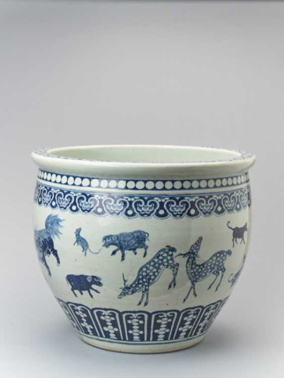 PAIR OF MASSIVE BLUE AND WHITE FISH BASINS WITH 'ZODIAC' ANIMAL PAINTING, QING - photo 6