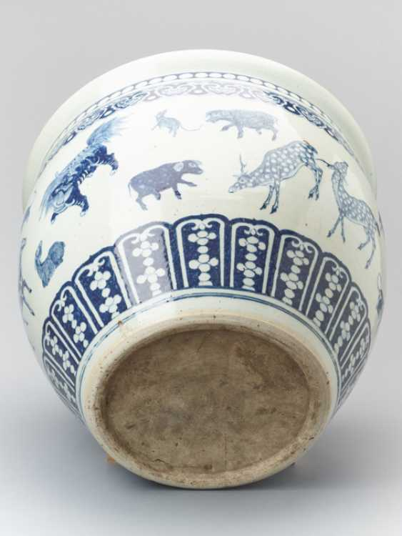 PAIR OF MASSIVE BLUE AND WHITE FISH BASINS WITH 'ZODIAC' ANIMAL PAINTING, QING - photo 7