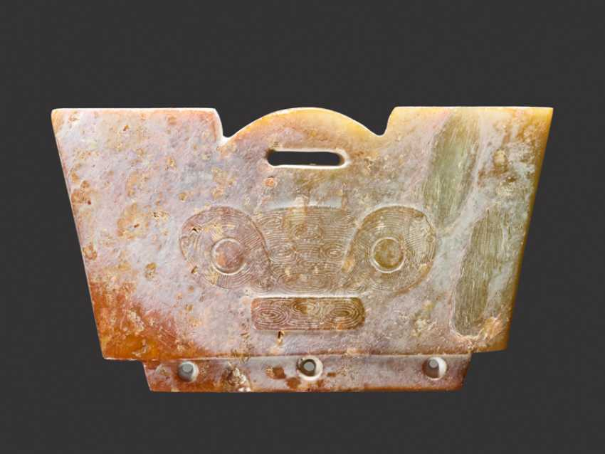 A SMALL TRAPEZOIDAL GUANGXING OR HEADDRESS-SHAPED FITTING CARVED WITH A DETAILED ANIMAL MASK IN LOW RELIEF - photo 1