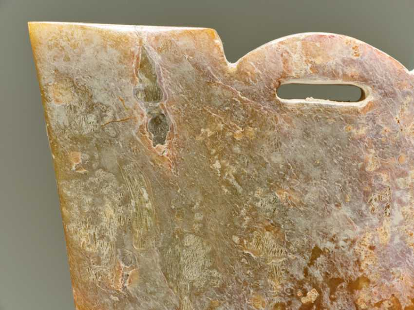 A SMALL TRAPEZOIDAL GUANGXING OR HEADDRESS-SHAPED FITTING CARVED WITH A DETAILED ANIMAL MASK IN LOW RELIEF - photo 7