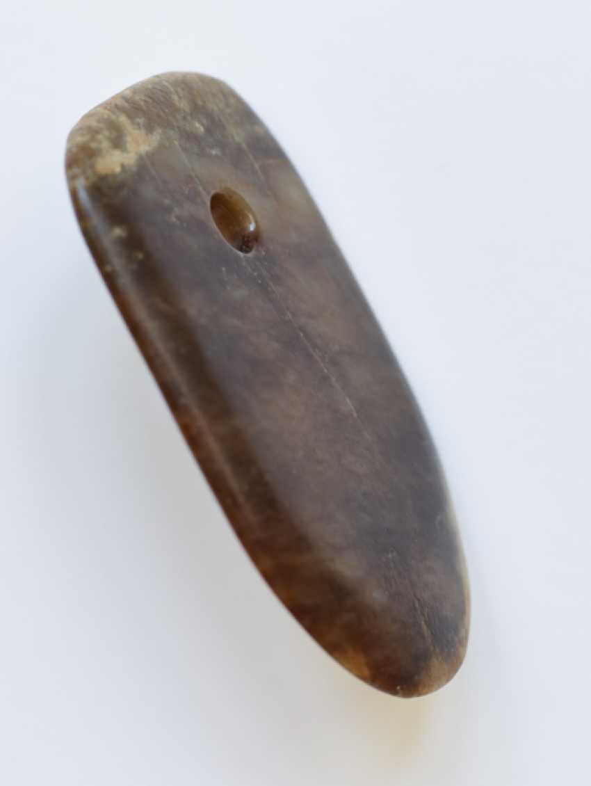 A LEVIGATED, AMBER-COLOURED JADE FU AXE WITH A SMOOTH CONTOUR AND A ROUND EDGE - photo 4