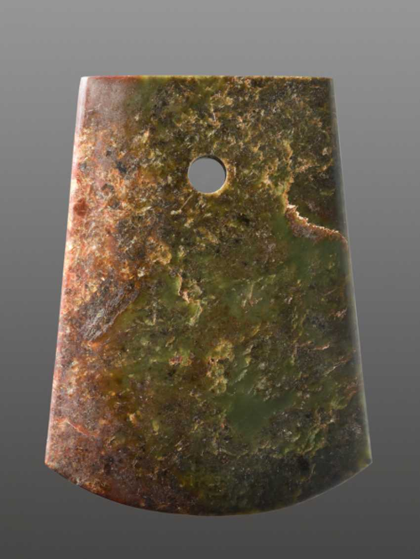 A STRIKING YUE AXE WITH A PERFECT FINISH AND MIRROR-LIKE POLISHING CARVED FROM A RICHLY TEXTURED NEPHRITE JADE - photo 1
