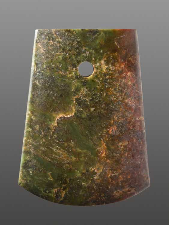 A STRIKING YUE AXE WITH A PERFECT FINISH AND MIRROR-LIKE POLISHING CARVED FROM A RICHLY TEXTURED NEPHRITE JADE - photo 2