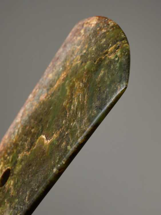 A STRIKING YUE AXE WITH A PERFECT FINISH AND MIRROR-LIKE POLISHING CARVED FROM A RICHLY TEXTURED NEPHRITE JADE - photo 3