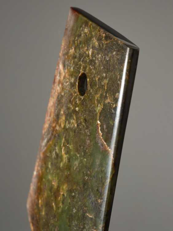 A STRIKING YUE AXE WITH A PERFECT FINISH AND MIRROR-LIKE POLISHING CARVED FROM A RICHLY TEXTURED NEPHRITE JADE - photo 4