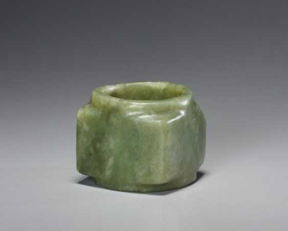 A BEAUTIFUL, THOROUGHLY POLISHED PLAIN CONG OF SQUARE SHAPE CARVED FROM EMERALD GREEN JADE - photo 2