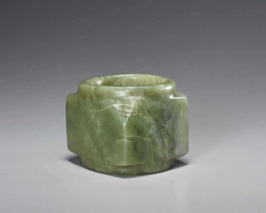 A BEAUTIFUL, THOROUGHLY POLISHED PLAIN CONG OF SQUARE SHAPE CARVED FROM EMERALD GREEN JADE - photo 3