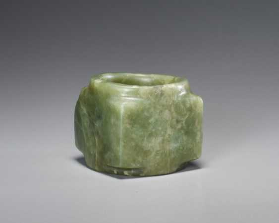 A BEAUTIFUL, THOROUGHLY POLISHED PLAIN CONG OF SQUARE SHAPE CARVED FROM EMERALD GREEN JADE - photo 4