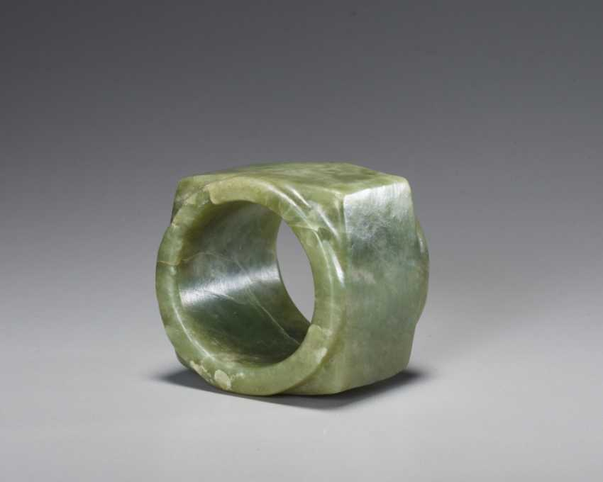 A BEAUTIFUL, THOROUGHLY POLISHED PLAIN CONG OF SQUARE SHAPE CARVED FROM EMERALD GREEN JADE - photo 5