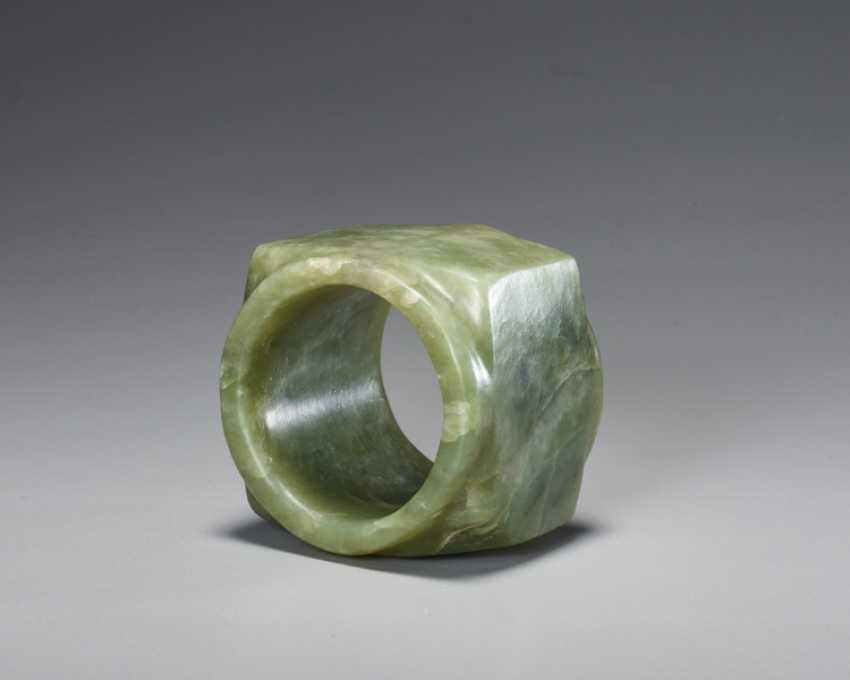A BEAUTIFUL, THOROUGHLY POLISHED PLAIN CONG OF SQUARE SHAPE CARVED FROM EMERALD GREEN JADE - photo 6
