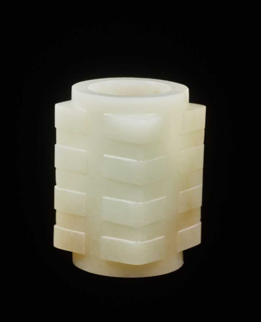 A BEAUTIFUL AND RARE MINIATURE CONG IN RESPLENDENT WHITE JADE DECORATED WITH REGULAR, WELL-CARVED BANDS ON THE CORNERS - photo 2