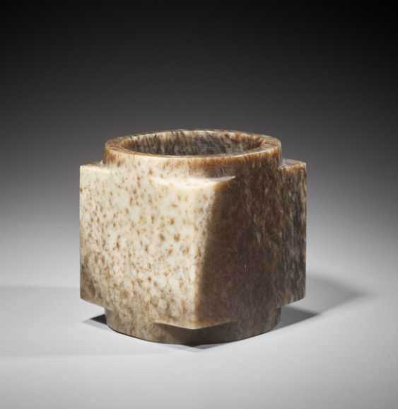 A SUPERB CUBE-SHAPED CONG WITH FINELY POLISHED SIDES CARVED FROM MOTTLED BROWN JADE - photo 2