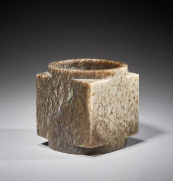 A SUPERB CUBE-SHAPED CONG WITH FINELY POLISHED SIDES CARVED FROM MOTTLED BROWN JADE - photo 3