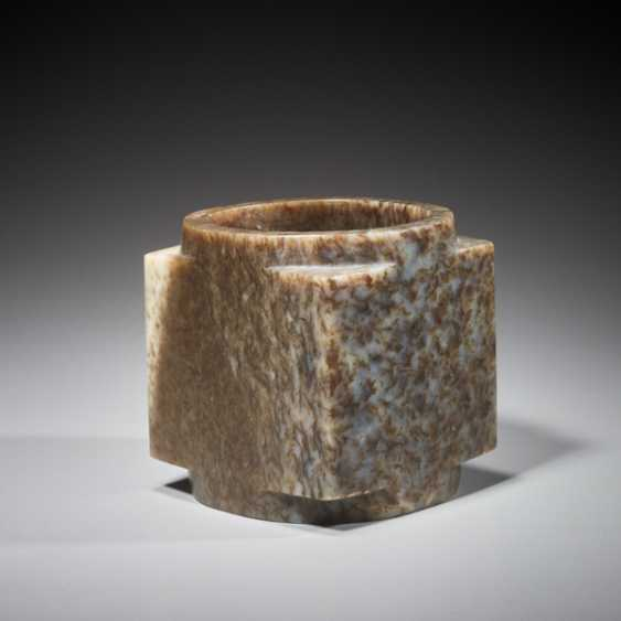 A SUPERB CUBE-SHAPED CONG WITH FINELY POLISHED SIDES CARVED FROM MOTTLED BROWN JADE - photo 4