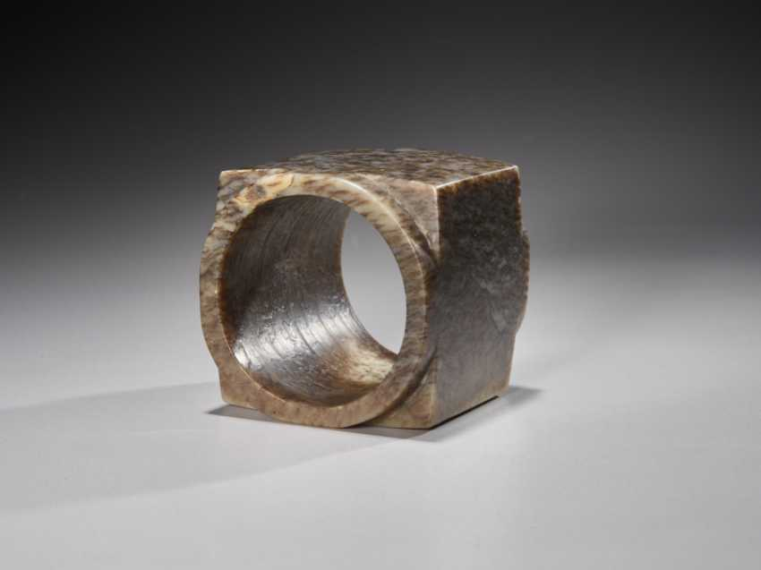 A SUPERB CUBE-SHAPED CONG WITH FINELY POLISHED SIDES CARVED FROM MOTTLED BROWN JADE - photo 5