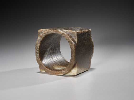 A SUPERB CUBE-SHAPED CONG WITH FINELY POLISHED SIDES CARVED FROM MOTTLED BROWN JADE - photo 6