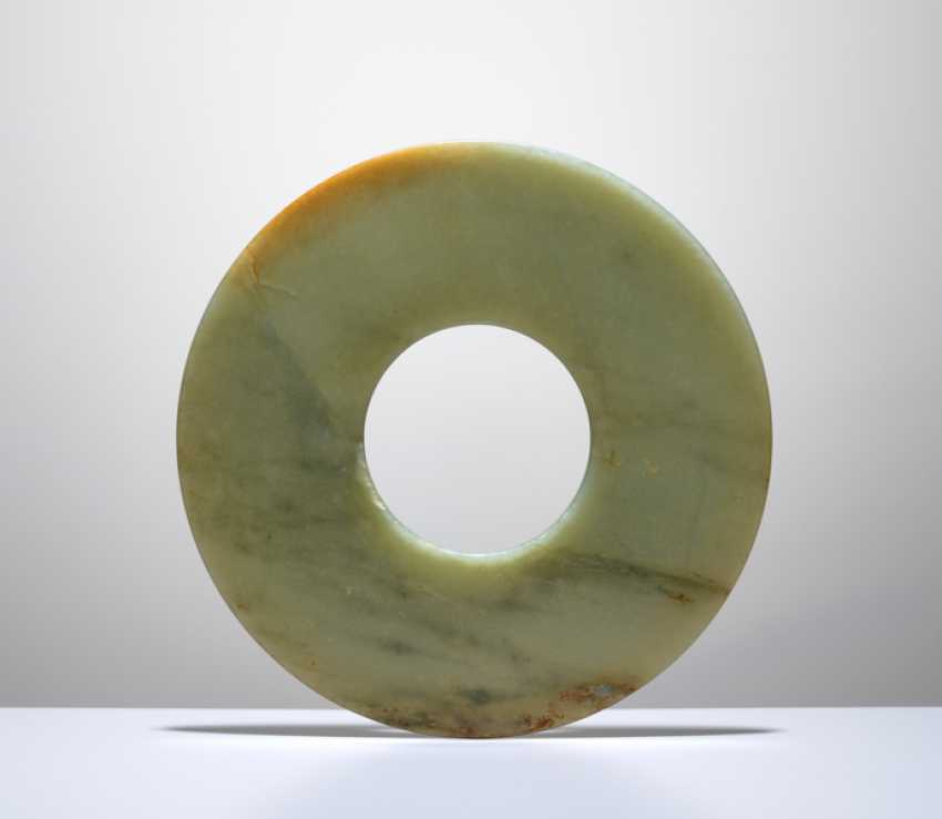 A SMOOTHLY POLISHED BI DISC WITH SHINY SURFACES CARVED FROM GREEN JADE WITH BROWN STRIPES - photo 4