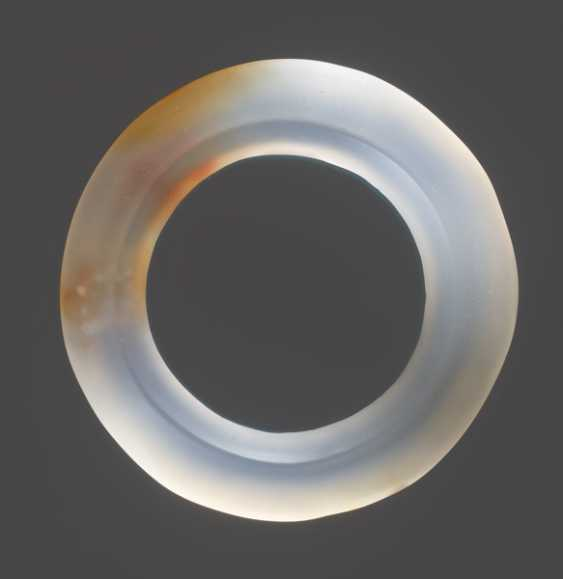 A GROUP OF THREE FACETED RINGS AND ONE JUE SLIT-RING FINELY CARVED IN AGATE WITH RUST-COLOURED FILAMENTS - photo 3