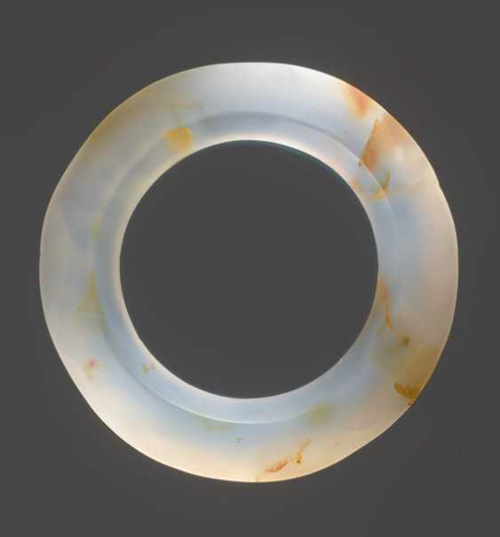 A GROUP OF THREE FACETED RINGS AND ONE JUE SLIT-RING FINELY CARVED IN AGATE WITH RUST-COLOURED FILAMENTS - photo 5