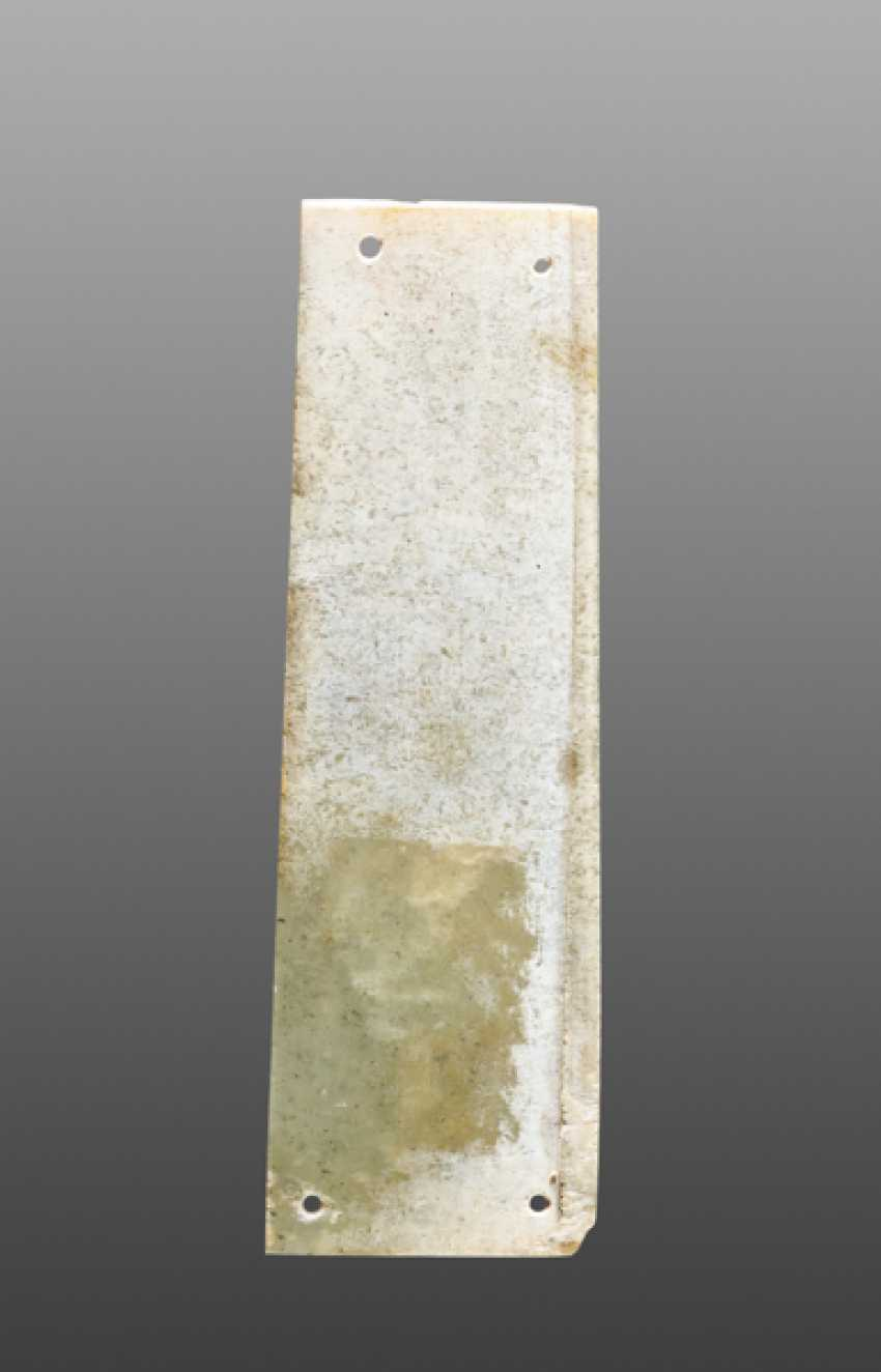 A DELICATELY CARVED TINY PLAQUE IN GREEN JADE WITH TWO CRESTED AND LONG-TAILED BIRDS DECORATED ON ONE SIDE - photo 2
