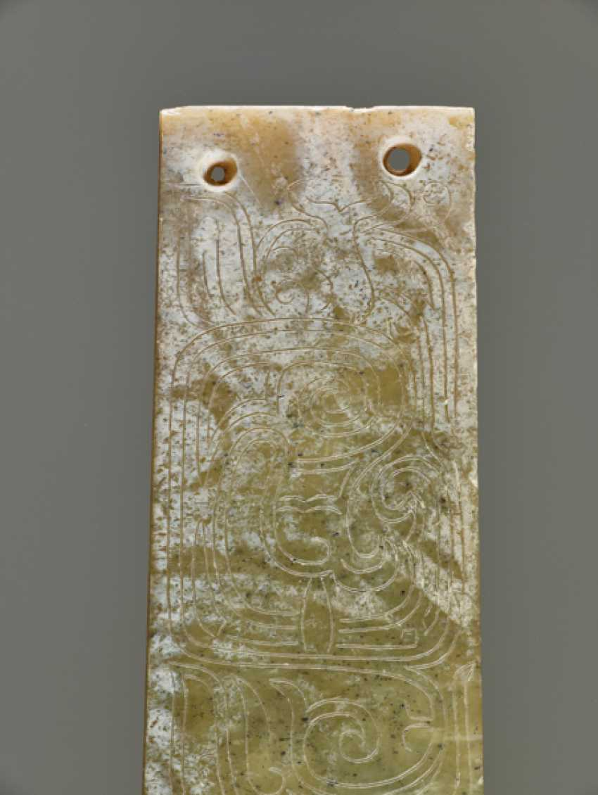 A DELICATELY CARVED TINY PLAQUE IN GREEN JADE WITH TWO CRESTED AND LONG-TAILED BIRDS DECORATED ON ONE SIDE - photo 6
