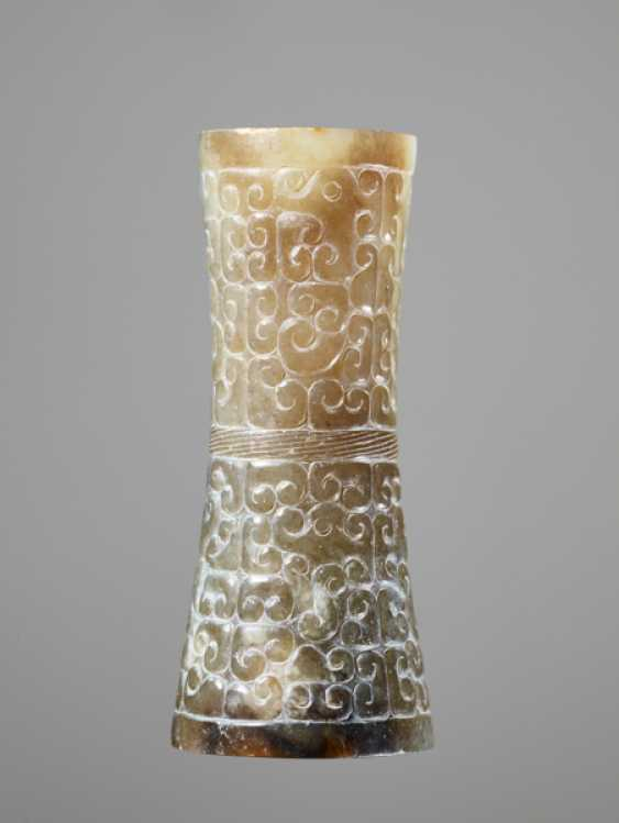 A HOURGLASS-SHAPED BEAD IN GREEN JADE WITH A DENSE PANHUI PATTERN OF SWARMING CURLS - photo 2