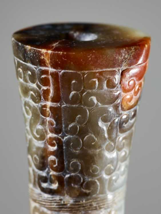 A HOURGLASS-SHAPED BEAD IN GREEN JADE WITH A DENSE PANHUI PATTERN OF SWARMING CURLS - photo 5