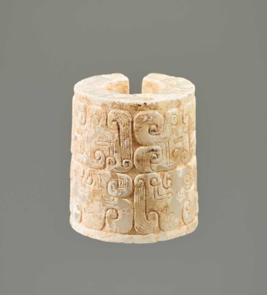 AN INTERESTING THICK EARRING OF THE JUE TYPE IN PARTLY CALCIFIED WHITE JADE DECORATED WITH STYLIZED DRAGON HEADS - photo 3