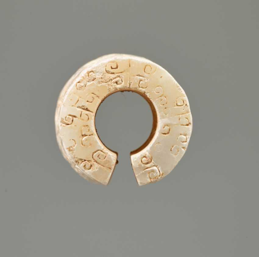 AN INTERESTING THICK EARRING OF THE JUE TYPE IN PARTLY CALCIFIED WHITE JADE DECORATED WITH STYLIZED DRAGON HEADS - photo 4