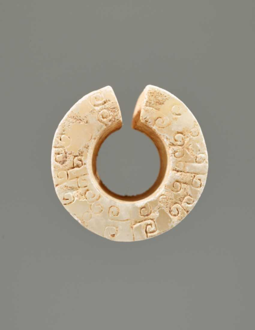 AN INTERESTING THICK EARRING OF THE JUE TYPE IN PARTLY CALCIFIED WHITE JADE DECORATED WITH STYLIZED DRAGON HEADS - photo 5